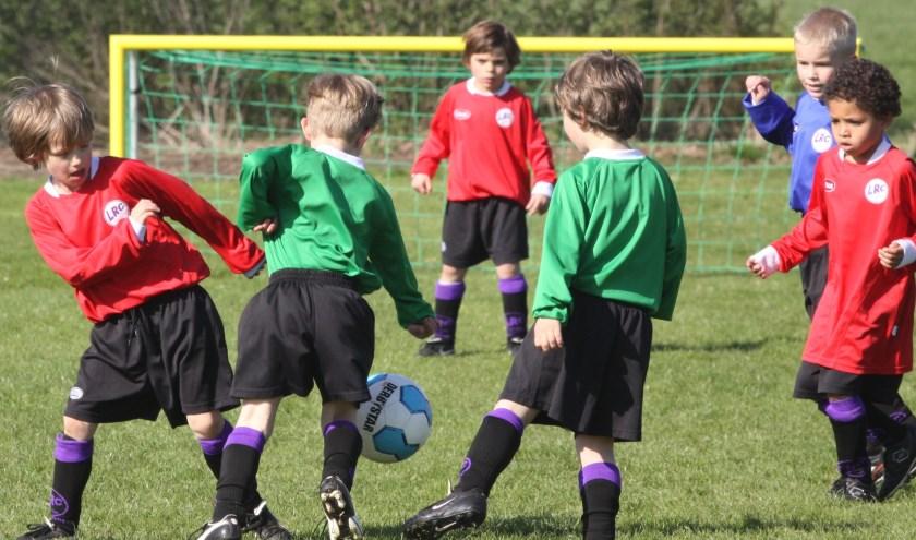 Bij de allerkleinsten in het voetbal zit de groei er nog wel in. Op latere leeftijd stoppen voetballers en voetbalsters steeds gemakkelijk. Een zorg bij de KNVB. Foto: Wout Pluijmert