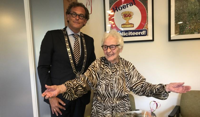 Wethouder Klomps feliciteert de 100-jarige mevrouw Van den Berg. Tekst en foto: Ria van Vredendaal
