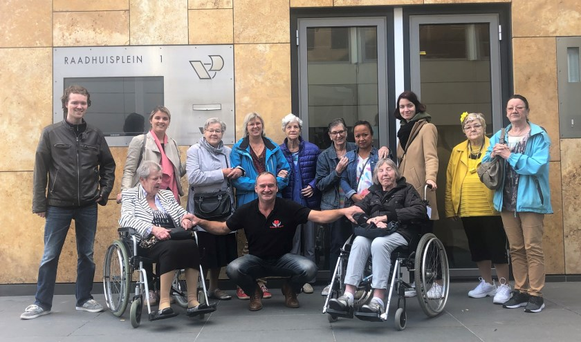Groepsfoto van bezoekers en begeleiders van het ontmoetingscentrum Veenendaal