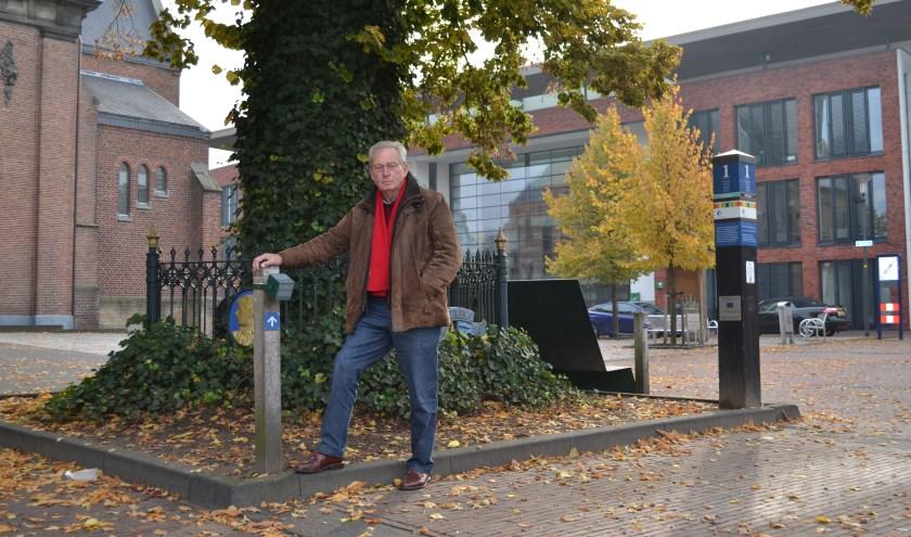 Wim Vlogtman op het Schild in Rijssen waar de jaarpalen van het Wereldtijdpad de historie van de Reggestad laten beginnen.