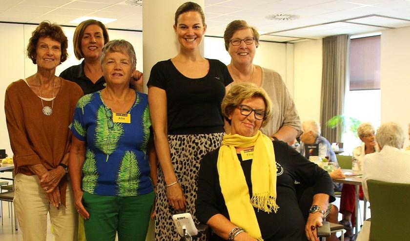 Vlnr Barbara van Lijnen, Jet van Haren (Bres), Alie Lagerwerf, Evelien Donker (Welzijn) en Sophie Herb. Zittend Thea van der Laar. Op de achtergrond een aantal bezoekers. (Foto: Koos Romeijn)