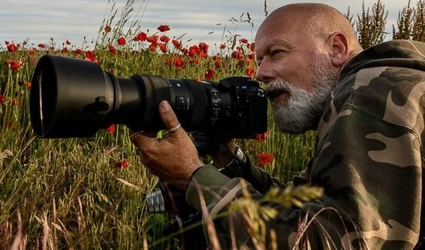 Henkjan Kievit in actie. Hij fotografeert en filmt allerlei dieren, vogels en landschappen. Zijn manier om  de schoonheid van de natuur te delen en te ervaren. Foto: Vanellusvanellus.