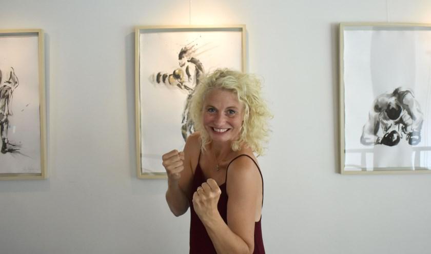 """Vera voor een paar van haar boksers die bij Hopper op de Schiedamse Vest hangen. """"Boksen is een soort dans, maar dan puur op improvisatie."""" (Foto: Wouter Vocke)"""