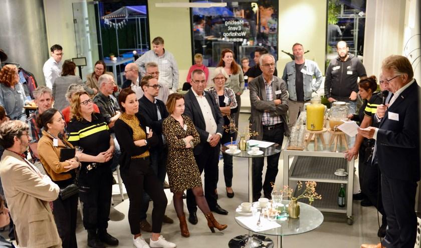 Burgemeester Harry Keereweer heet vanaf de 'zeepkist' de ruim honderd belangstellenden welkom.