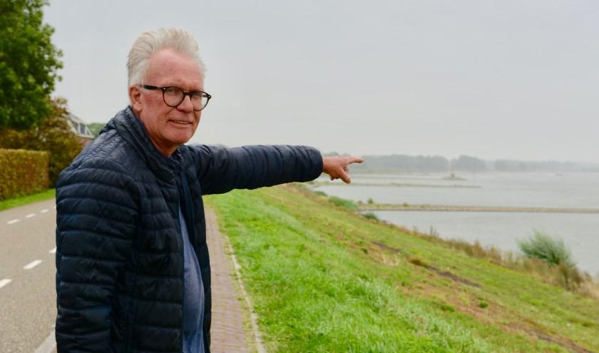 Peter de Haan laat trots zien de ruimte  waar de vissers kunnen vissen in de Waal langs de dijk bij Opijnen.