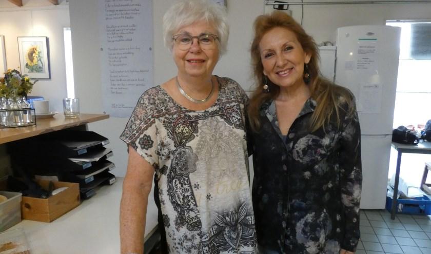 Ineke Heijting en Kenita Salas, gastvrouwen bij ontmoetingscentrum De Herberg Nieuwland.