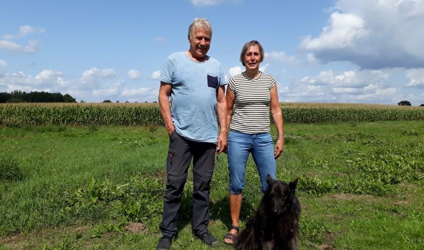 """Gerard en Ciska van Velzen op het terrein naast hun woning. """"Ik vind het fijn dat we hier veel mensen kennen.""""  (foto: Ceciel Bremer)"""