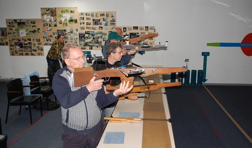 De leden van kruisboog vereniging 'de Alpenjagers' trainen elke woensdagavond in de Oude Doelen.