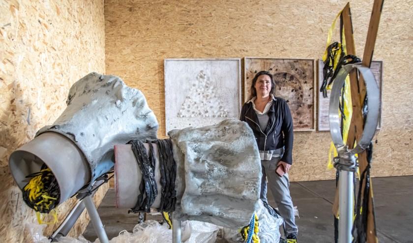 Multidisciplinair kunstenaar Marianne Gantzert heeft een hoek van haar atelier ingericht als expositie voor Open Ateliers.