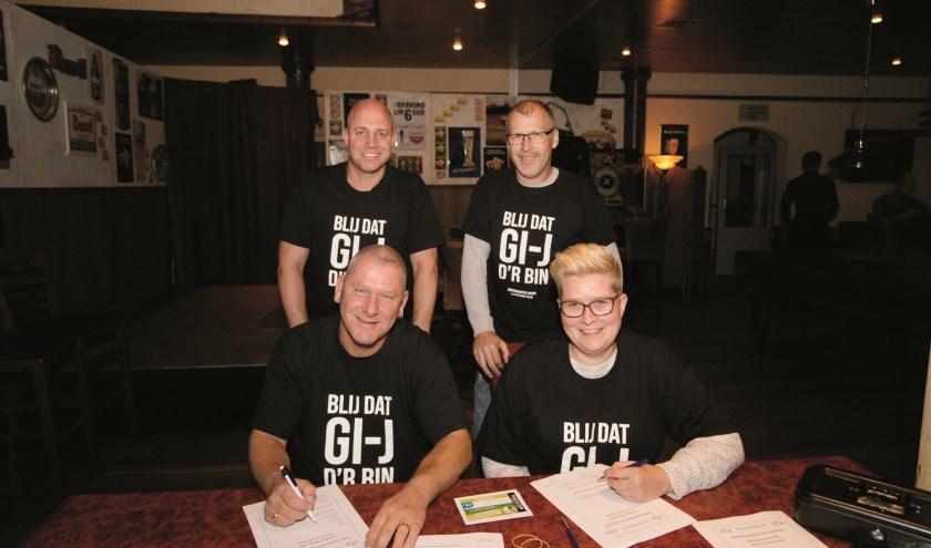 Staand Dennis van Putten (links) en voormalig kermiskoning Ed Kieft. Zittend Eric Degen en Betty van den Born.