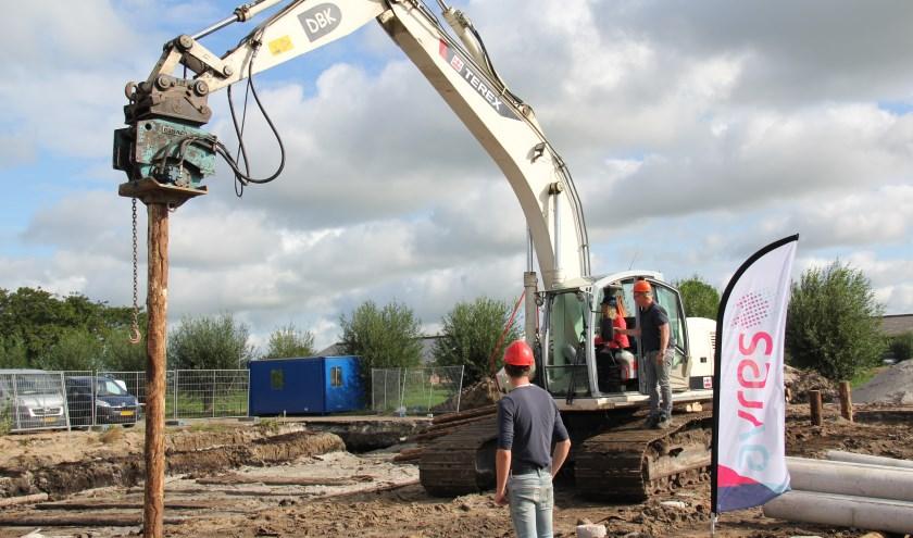Bestuurder Lizanne Lanser slaat een paal in de grond en geeft hiermee het startsein voor nieuwbouw Landsinghof. (Foto: pr)