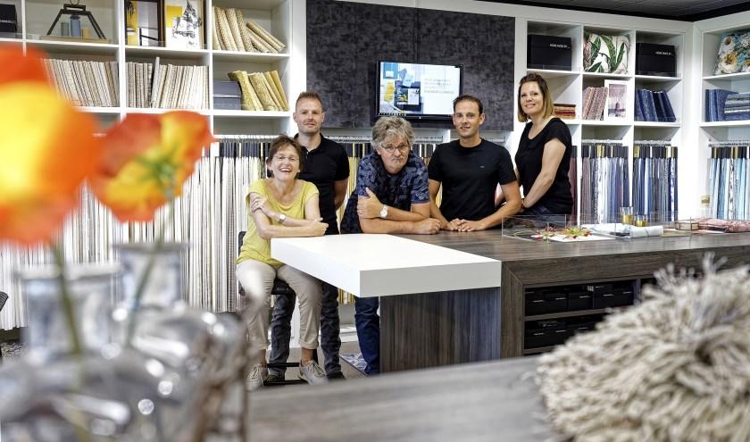 Carien, Bartjan, Albert, Joep Poulisse en Thamara Kremers van Schildersbedrijf Poulisse de Woonprofessionals.