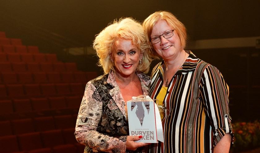 Kunstenares Maaike Bloemsa en Karin Bloemen. Ze nam deze week het boekDurven kijken in ontvangst van schrijfster Maaike Bloemsma in ontvangst.