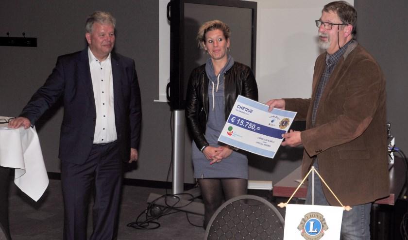 V.l.n.r. Clubpresident Hans Hammink, Lizzy Bakker (Special Heroes afdeling Twente) en Menno von Brucken Fock waren blij met het bedrag voor Special Heroes