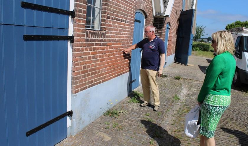 Burgemeester Jacqueline Koops werd onlangs door bestuurslid Herman van der Stege bijgepraat over de stand van zaken rond de restauratie Erve IJzerman.