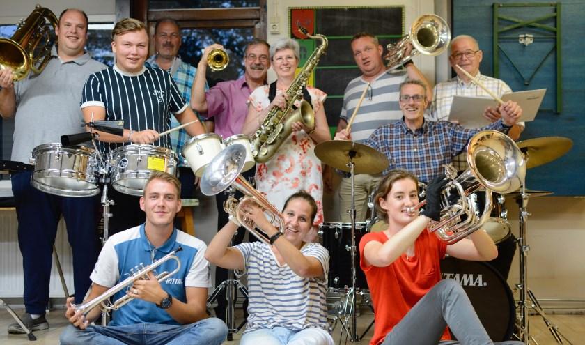 Avalance nu, geen grote fraai geüniformeerde showband, maar een kleine vrolijke stageband. Foto: Britt Planken