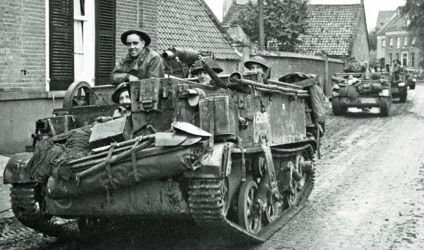 Britse carriers in Haageind van Deurne op weg naar Gemert. Foto: National War Museum.
