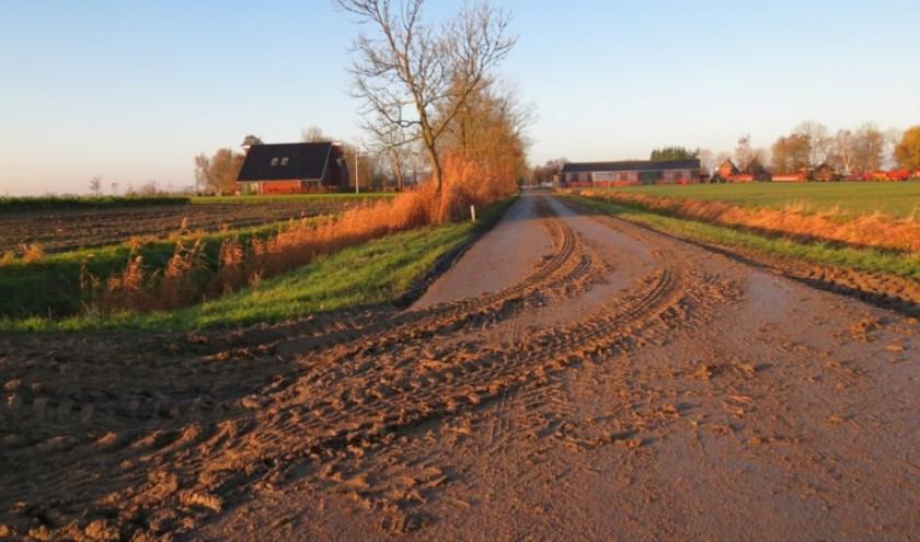 Nu de oogst is gestart, kan modder op de weg zorgen voor onveilige situaties. (Foto: Privé)