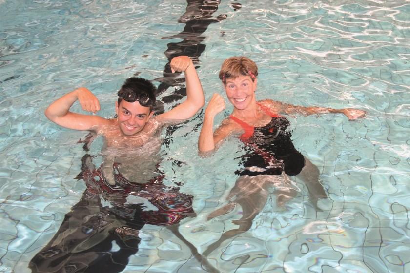 Abraham Navarro-Beyl met zijn begeleider in het water Marga Salemink. Tijdens de WWF-Sea Swim zijn ze met een life-line met elkaar verbonden.