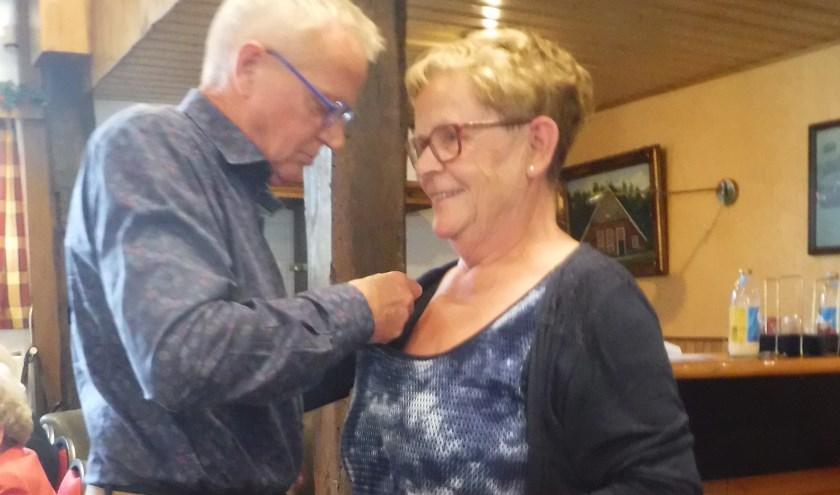 Zonnebloemvrijwilligster Elly Klein Gebbink kreeg een gouden speld uitgereikt door de voorzitter van de Regio Oost Achterhoek Vincent Elferink.