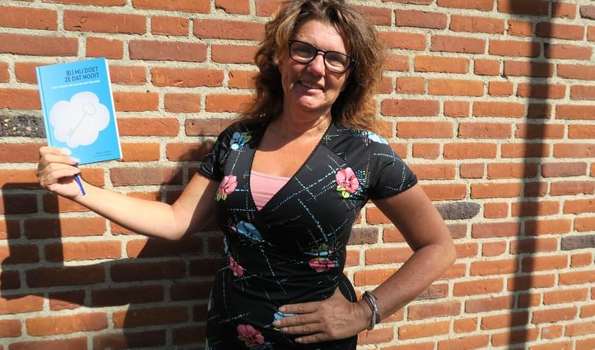 Met trots laat Barbara Oppelaar haar nieuwe boek zien, over omgaan met onbegrepen gedrag bij dementie.