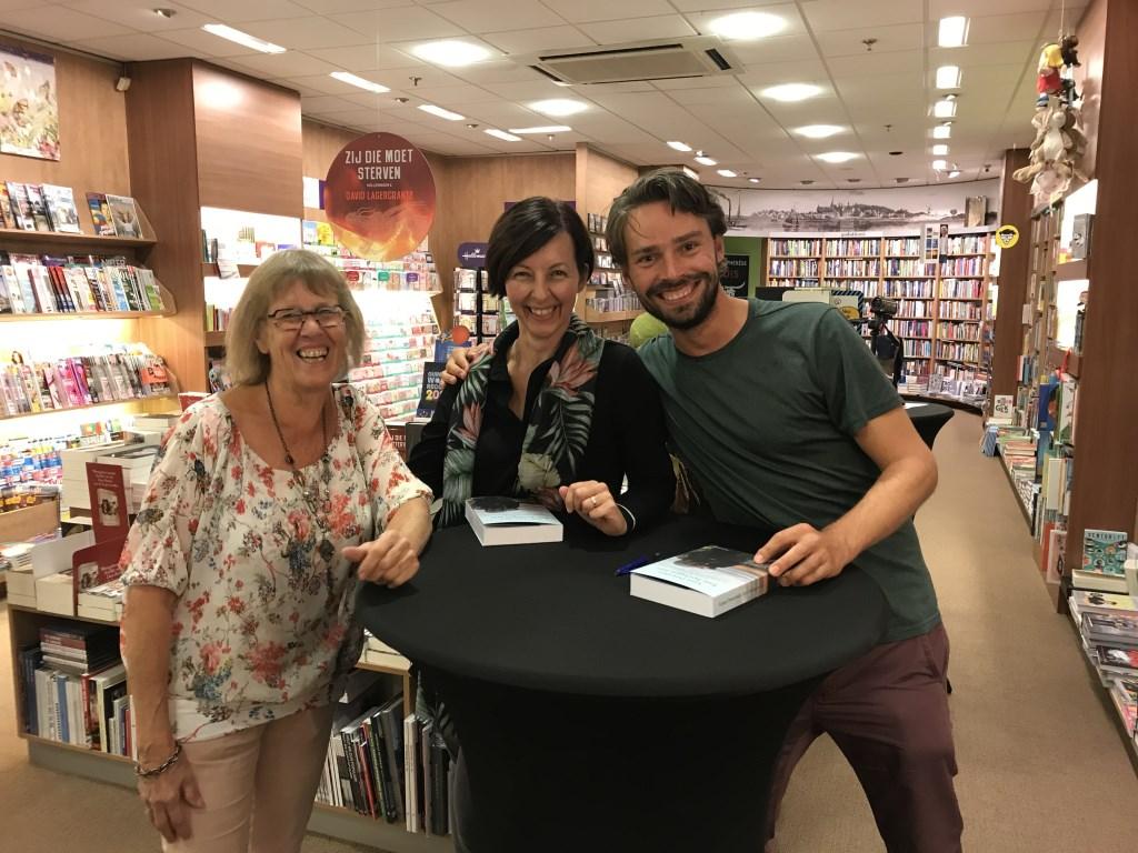 Arjan Dwarshuis signeert Foto: Boekhandel van Rietschoten © DPG Media
