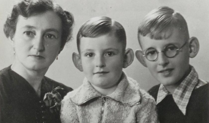 Joost Oppenheim (r), moeder en broer Freddie (1945). Joost bezoekt af en toe nog de familie Heuvelmans in Reusel.