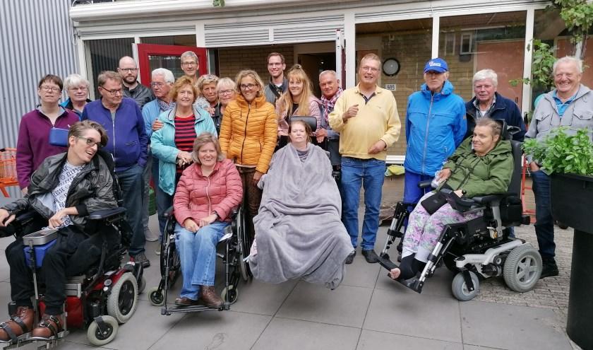 De bewoners met een grote groep vrijwilligers die hebben geholpen bij de Herfstmarkt. (Foto: Privé)