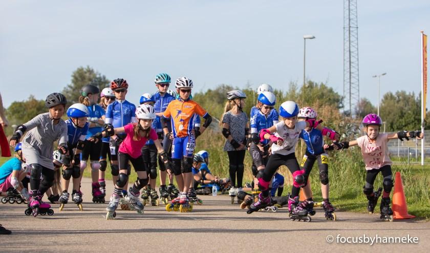 Skaters aan de start van de afsluitende 500 meter.