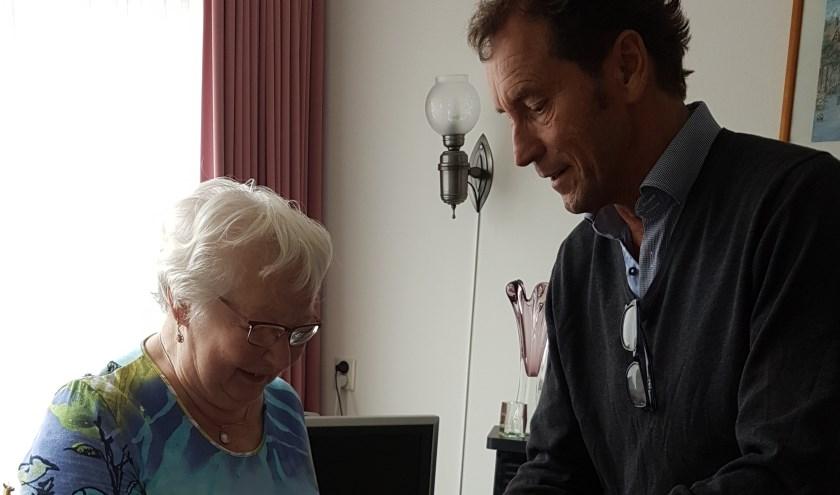Eric van Veelen, KWF, overhandigt het cadeau aan mevrouw Van den Berg.