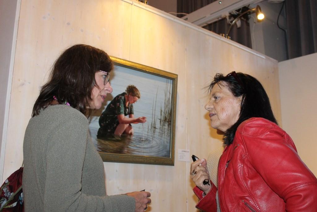 Kunstliefhebbers bij het werk van de Aaltense kunstenaar Ger-Jan Voerman.  Foto: Leo van der Linde © DPG Media