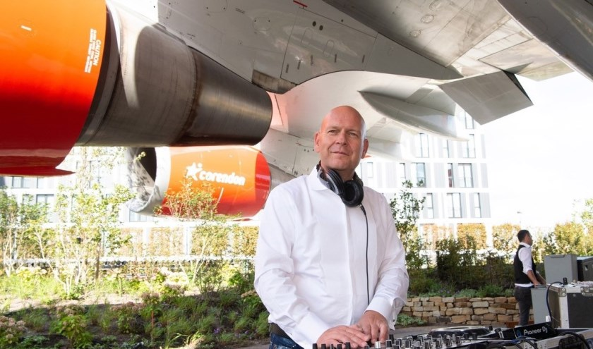 Etienne la Faille achter de draaitafels tijdens een bedrijfseest van Ciorendion op Schiphol.
