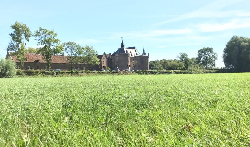 Het drukbezochte kasteel Ammersoyen in een stralende zon tijdens de Nationale Monumentendag