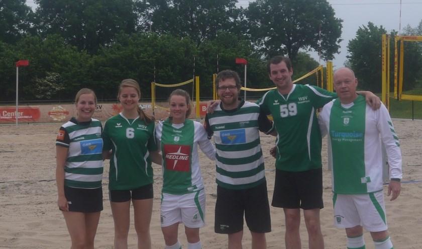 De korfballers, voetballers en volleyballers die samen sporten op het Beach Center om de actie kracht bij te zeten