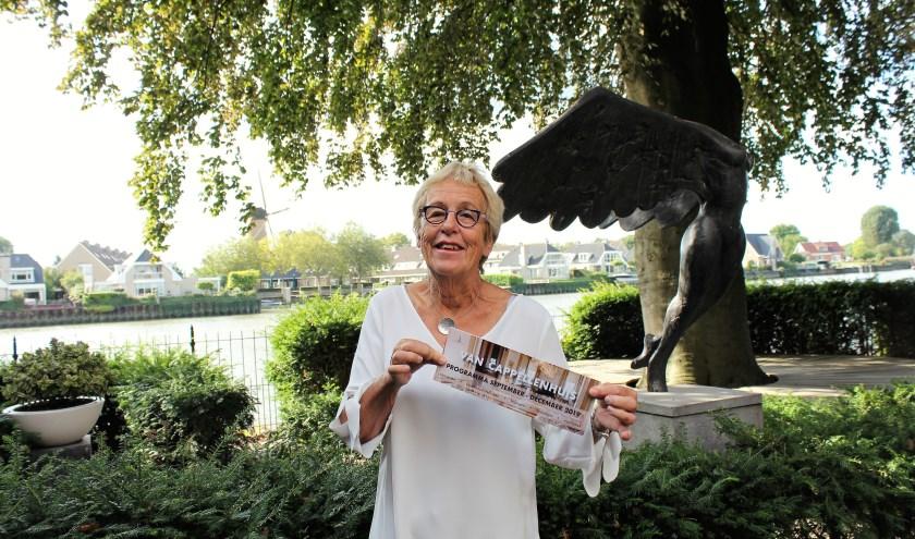 Marja Smit toont de nieuwe folder met activiteiten in het Van Cappellenhuis. Foto: Annemarie van der Ploeg