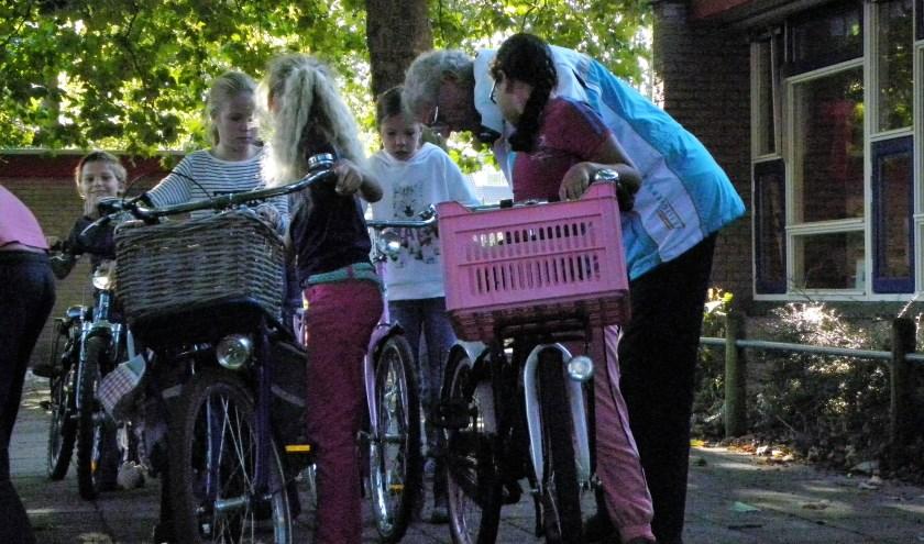Deskundige vrijwilligers van VVN afdeling Harderwijk controleren fietsen van leerlingen in Harderwijk. Foto: VVN afdeling Harderwijk