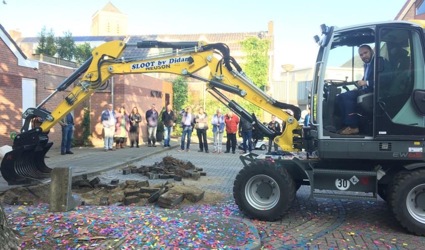 Een beetje trots is wethouder Oscar van Leeuwen wel, als hij met een graafmachine de eerste schep grond heeft uitgegraven.