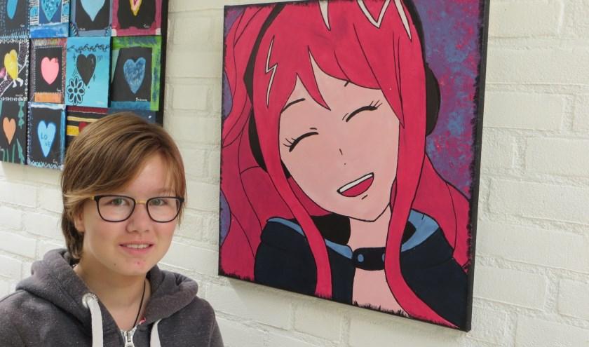 Gwen naast een van haar tekeningen.