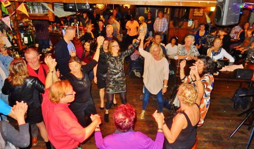 Bij Jobzz kun je tijdens het Avondje Uit met Band B.O.B. lekker dansen op covers van toen en nu. Foto: Wilma Matheij
