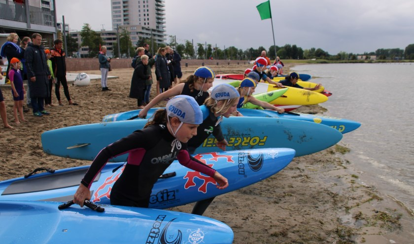 Het jongste team lifesavers (t/m 14 jaar)  aan de start van de board race. Foto: PR