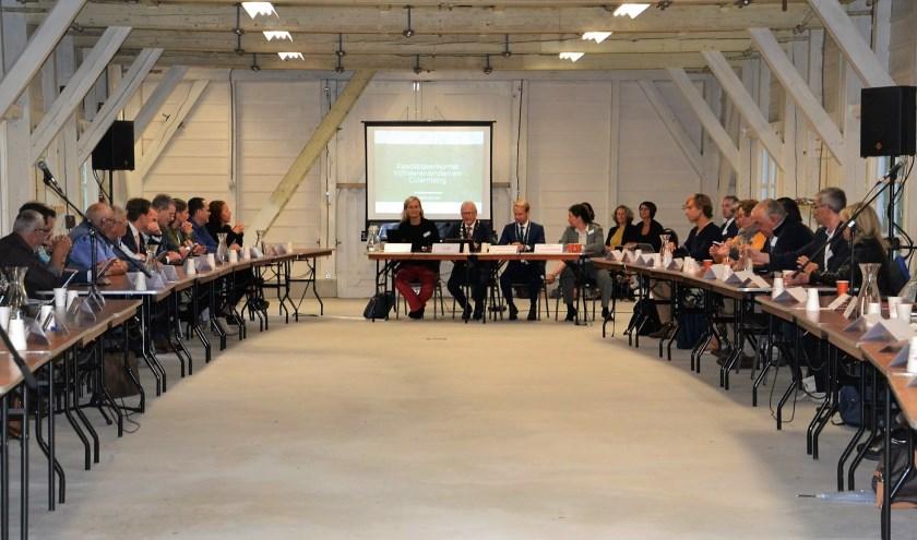 Jan Pieter Lokker (links) opent de unieke vergadering. Rechts van hem zit zijn Culemborgse collega Gerdo van Grootheest. (Foto: Mimi van Rossem)