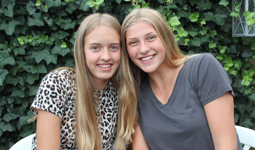 Louise Bijlsma (l) en Elles Dambrink: volleybalvriendinnen van hoog niveau.