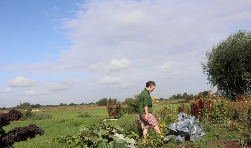 Gabrielle van de Laak in haar tuin aan de Waal.