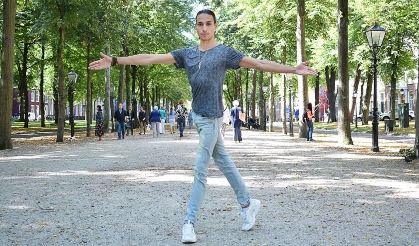 De 31-jarige Lenell aan het Lange Voorhout. De plek is bijna net zo elegant als de Haagse danser zelf.
