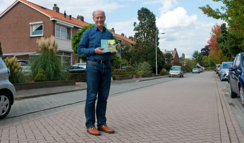 Historicus Loek Janssen schreef een boekje over de straat waar hij zelf ook zo'n 26 jaar woonde. (Foto: Maaike van Helmond)