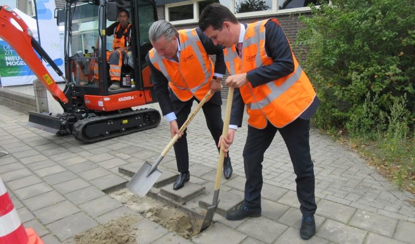 René van de Heuvel en Maarten van Dijk verrichten de eerste schop voor de aanleg van glasvezel. Foto: Ria van Vredendaal