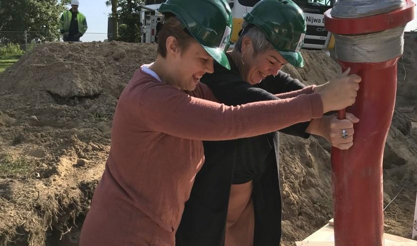Officiële start bouw woning in Nieuw-Wehl met vanaf links: Toekomstig bewoner Ilona stort samen met bestuurder Irma Harmelink het eerste beton voor de nieuwe woning.