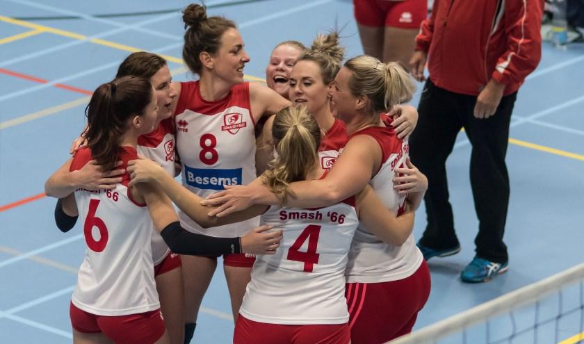 De dames vieren de overwinning. (Foto: Henk Ossel)