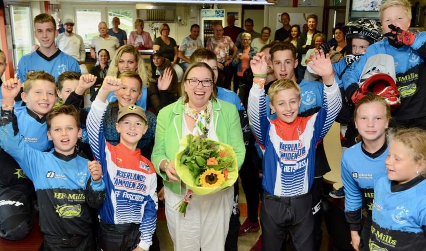 Wethouder Jacoline Hartman voelde zich als een vis in het water bij de fietscrossvereniging Geldermalsen.