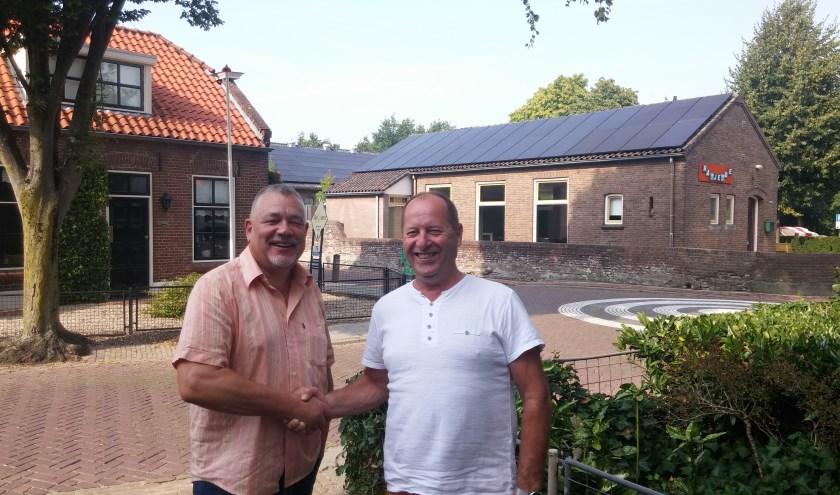 Goos Cardol van Dorpshuis De Parel en Ruud Gremmee van de gelijknamige bakkerij zijn dik tevreden met de zonnepanelen op hun daken.